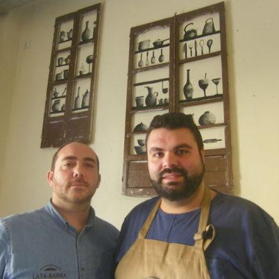 Antonio Monje y José Alberto Muñoz en el interior de su establecimiento. Foto: Cosasdecome