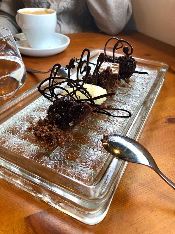 El postre de chocolate, aceite y sal de A Plomo fotografiado por el tapatólogo José Manuel Cossi.