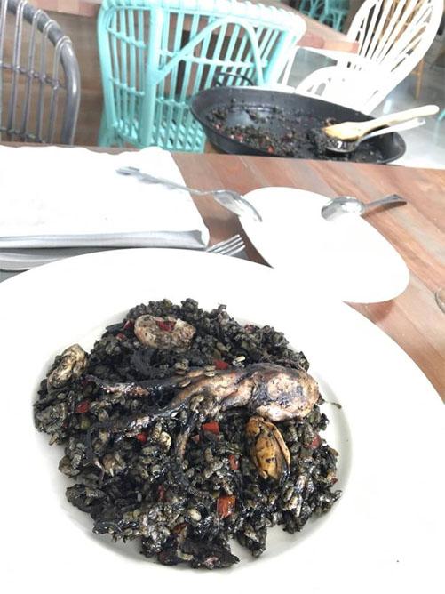 El arroz negro con vieiras y pulpo del Veranillo de Santa Ana fotografiado por Luz Saldaña.