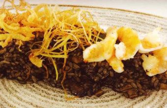 El arroz negro de chocos, boletus, fino y alioli de La Carboná