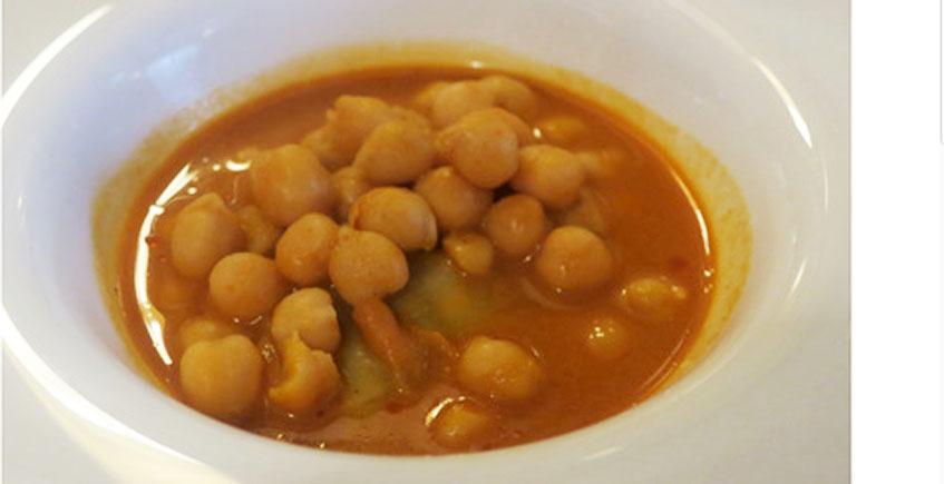 Los garbanzos con ravioli de pringá del restaurante Casa Las Piedras