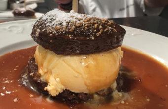 El bizcocho templado de chocolate del Restaurante El Faro de El Puerto