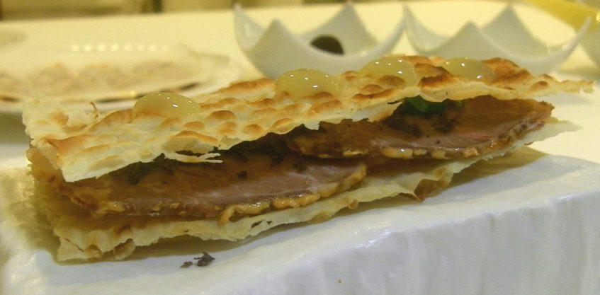 Bocadillo de lomo en manteca con panceta ibérica y piparras