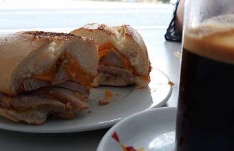El bocadillo de lomo en manteca del restaurante La Barca de Vejer