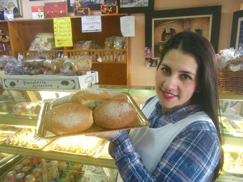 Una de las hermanas Guzmán Cebrián con una bandeja de bollos de aceite, un dulce típico de la Cuaresma, aunque ya se vende todo el año. Foto: Cosasdecome