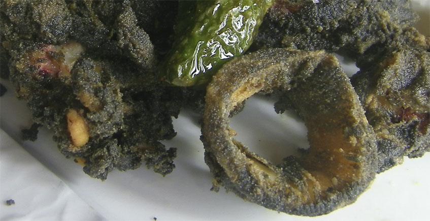 Los calamares fritos en su tinta del restaurante El Duque