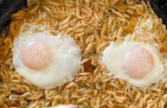 Los camarones al ajillo con huevos fritos de la Venta El Raspa