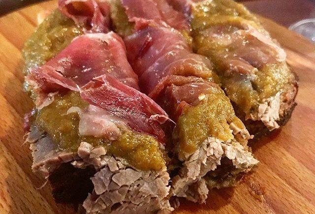 El pan de carne mechá y jamón de La Bodeguilla del Bar Jamón