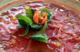 El carpaccio de atún rojo de almadraba del restaurante El Roqueo