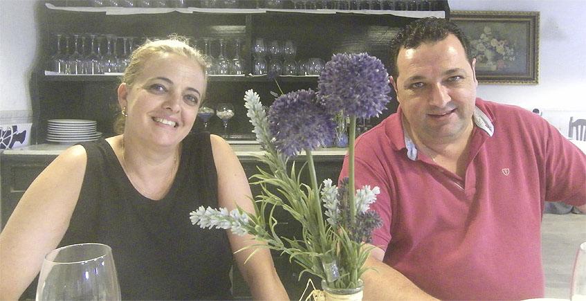 Chari García Chica y Adrián Bravo en su establecimiento, la venta A Proa. Foto: Cosasdecome