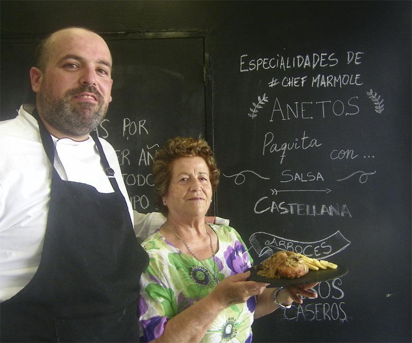 José Manuel Mármol y su madre Paquita Ramos con su famoso Aneto. En la pared puede verse como lo anuncian en el establecimiento. Foto: Cosasdecome