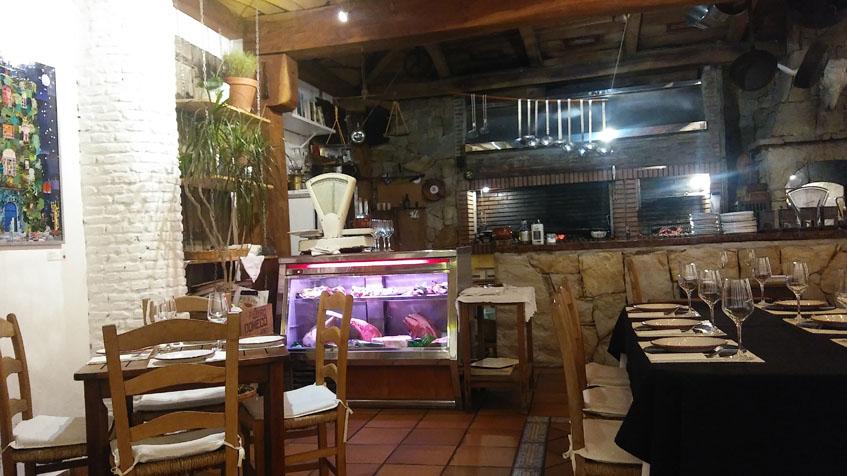 Aspecto del comedor de La Cabaña. Al fondo puede verse la parrilla que se ve desde el salón. Foto: Cosasdecome