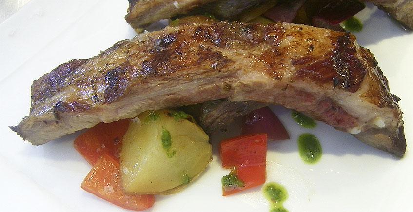 Costillas de cerdo ibérico a la brasa con salteado de verduras