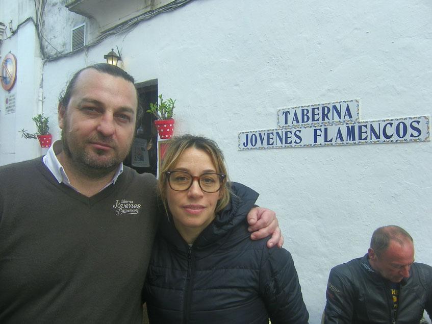 La cocinera Laura Jiménez, autora de esta tapa, junto a Cristobal Pérez, su marido y copropietario del establecimiento. Foto: Cosasdecome