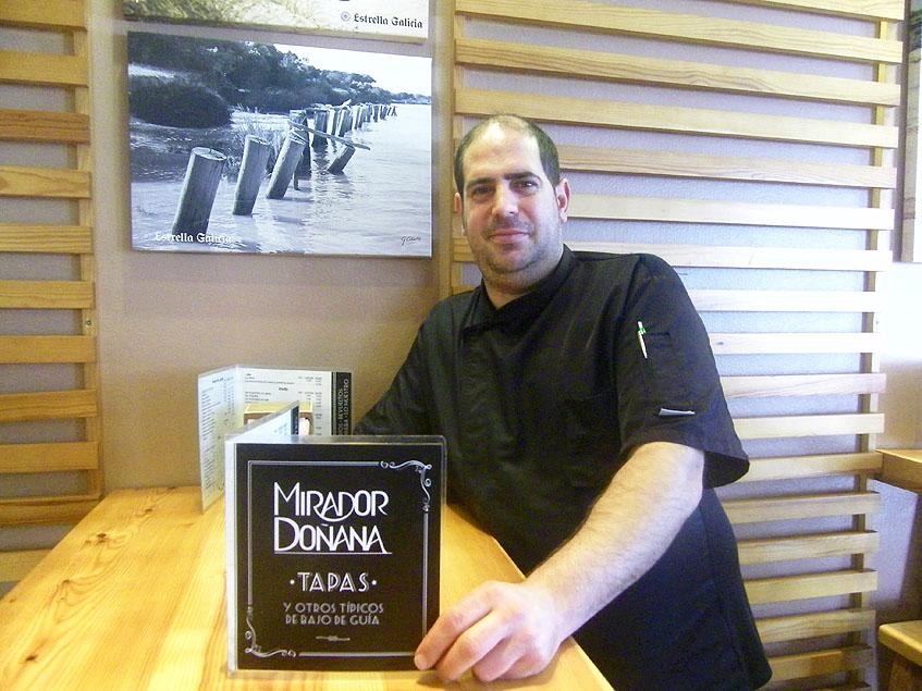 El cocinero David Márquez se ocupa de las tapas innovadoras de El Mirador de Doñana y forma parte del equipo que comanda, como jefe de cocina, Antonio Roldán. Foto: Cosasdecome