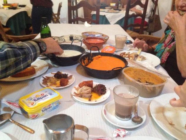 """""""paisaje"""" de desayuno captado por el tapatólogo Salvador Repeto en un desayuno de la Venta Los Monteros."""