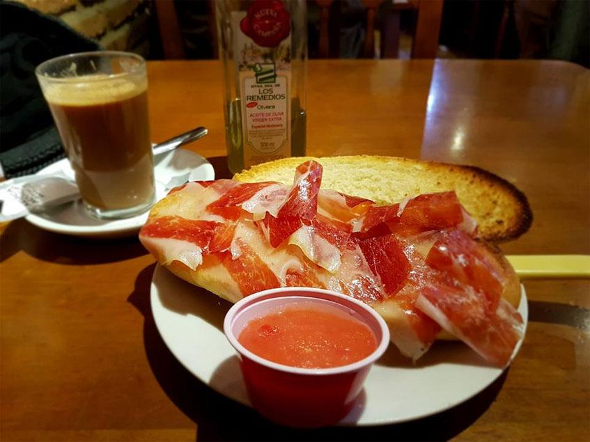 El bocadillo de jamón que ponen para desayunar en el Rincón del Jamón y La Paletilla de El Puerto fotografiado por el tapatólogo Glenn Ferguson.