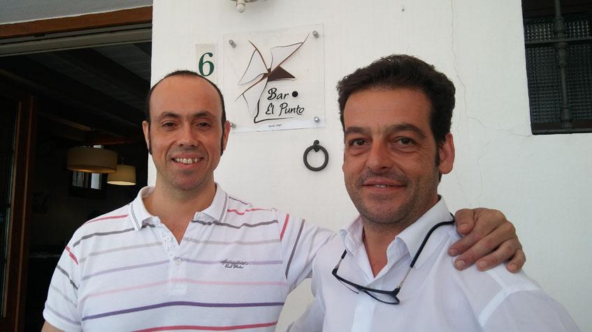 El cocinero Diego Barroso junto a su hermano Antonio Ramón, que se encarga de atender al público, a la entrada del bar El Punto. Foto: Cosasdecome
