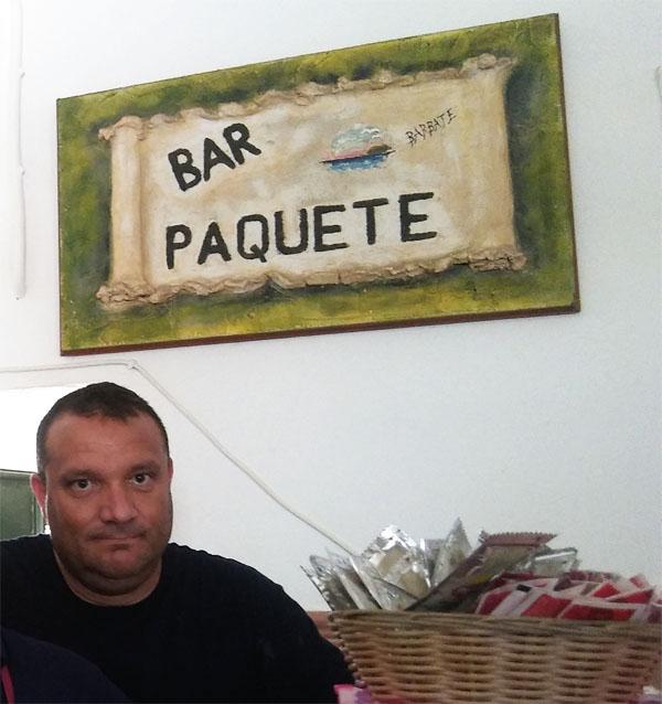 Domingo López el cocinero que se ocupa de freir la morena en el bar Paquete de Barbate. Foto: Cosasdecome