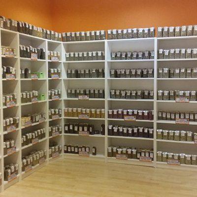 Los estantes de hierbas medicinales.