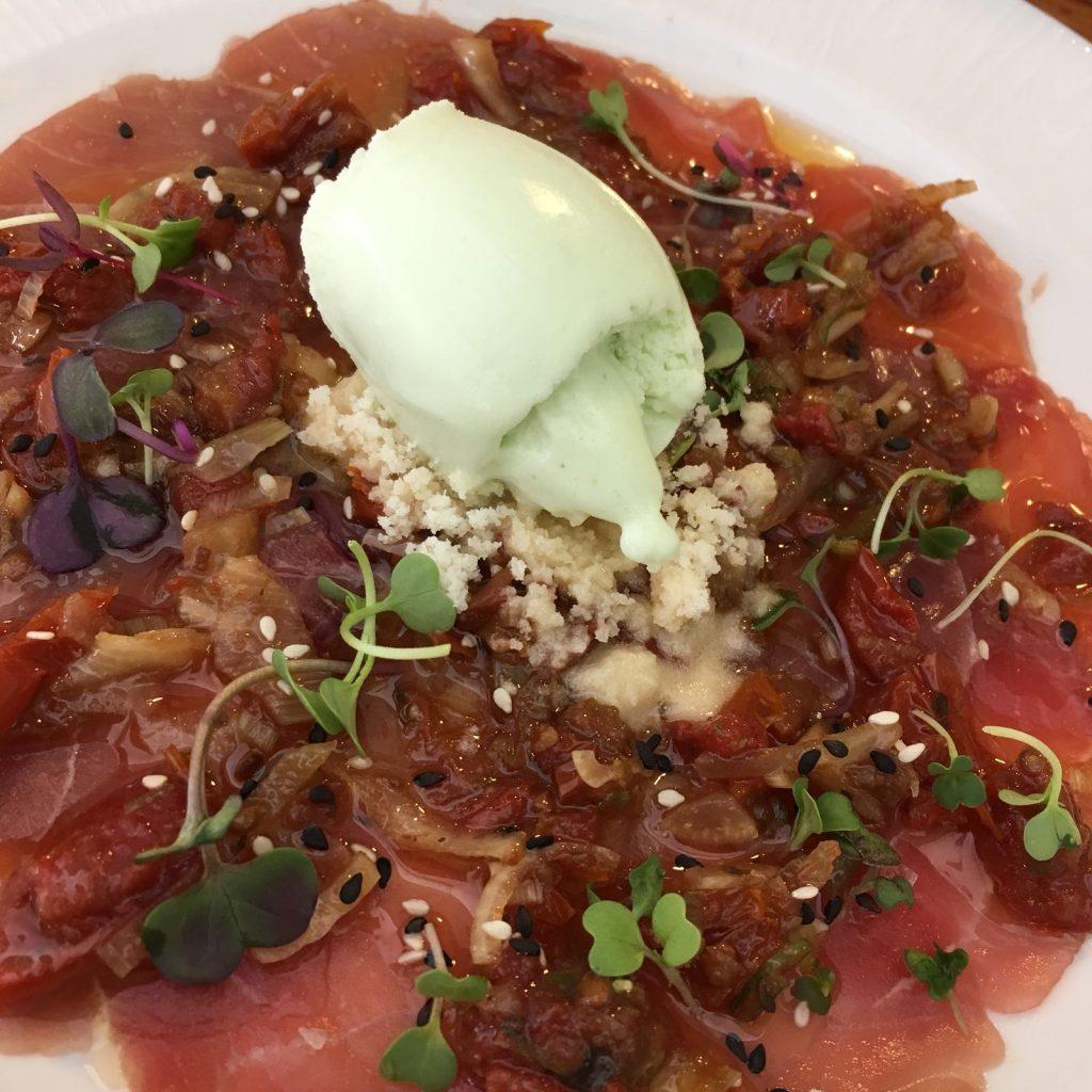 El carpaccio de atún con helado de wasabi de Disparate