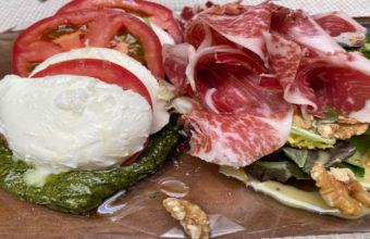 La ensalada de tomate con mozarella del Mesón El Tabanco