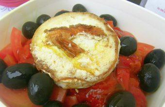 """Ensalada de tomates, pimientos asados y queso de cabra """"Quilla"""""""