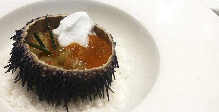 El erizo relleno de tartar de gambón del restaurante El Faro