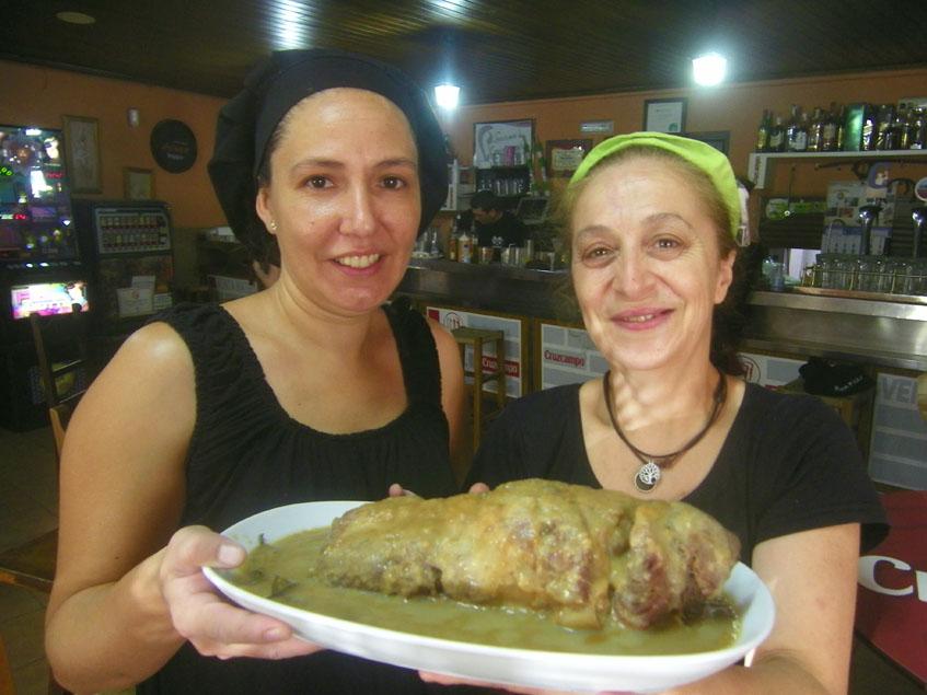 Eva María Pérez, también cocinera de la Venta Mateo, posa con la carne mechá y Mercedes Millán, autora de la receta, junto a la magnífica carne mechá de la Venta Mateo. Foto: Cosasdecome