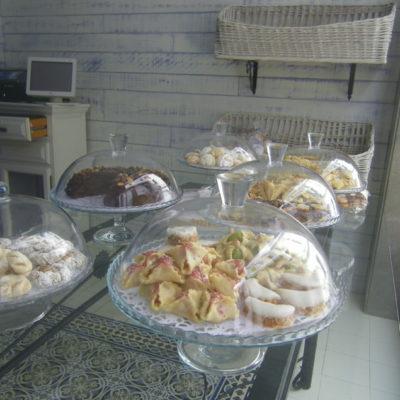 Dulces expuestos en unas bomboneras. Foto: Cosasdecome