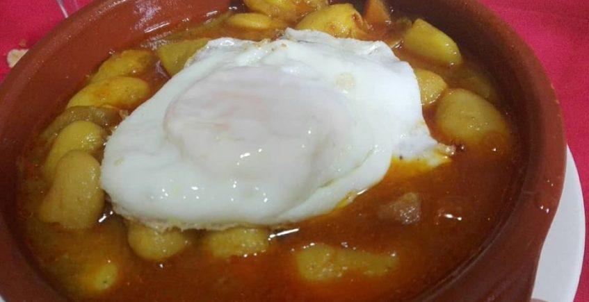 Las fabes con langostinos y huevo frito del bar La Gallega