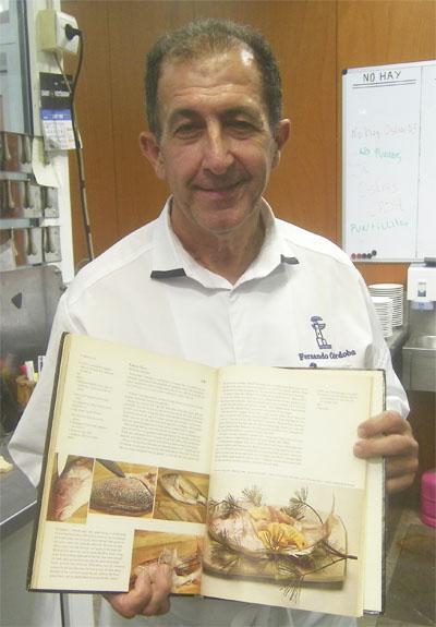 Fernando Córdoba muestra la página del libro The Cooking o Japan en la que se inspiró para esta receta. Treinta años después sigue conservando la publicación. Foto: Cosasdecome