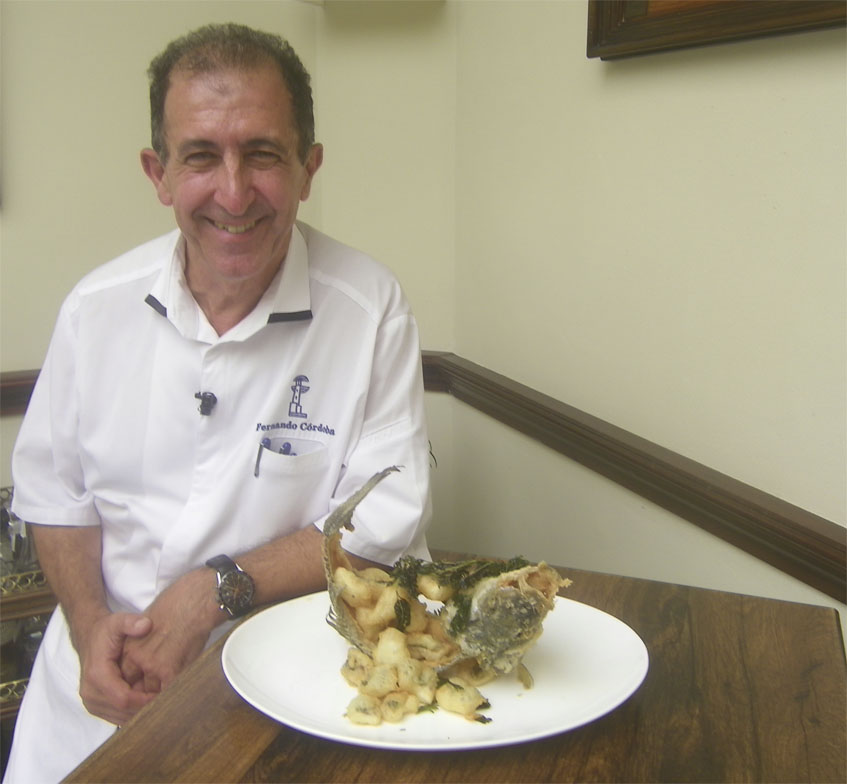 Fernando Córdoba con el plato de lubina de esero a la gaditana. Foto: Cosasdecome