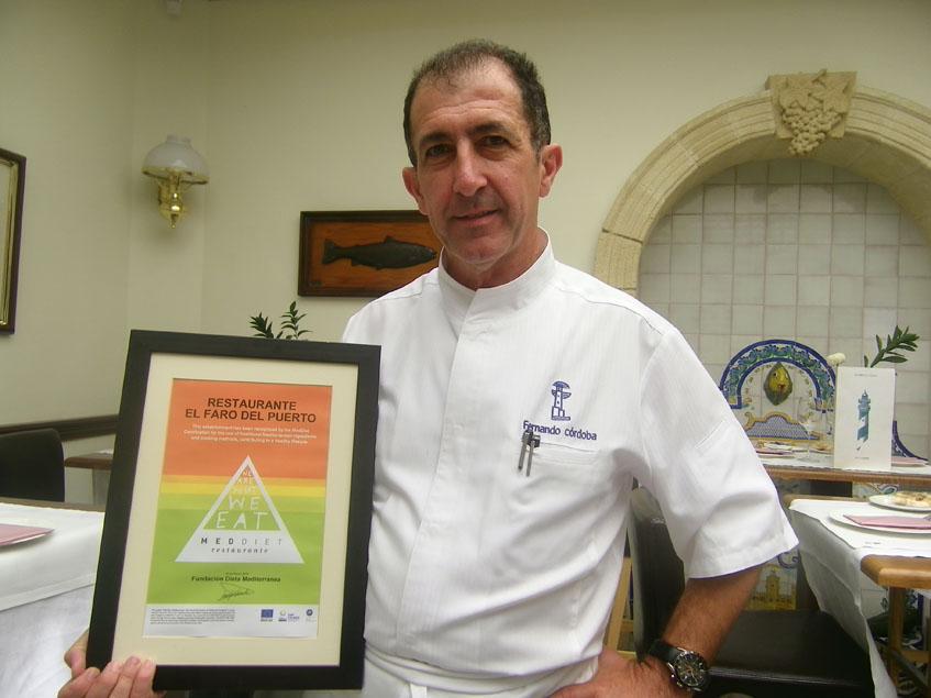 El cocinero Fernando Córdoba con una de las distinciones que ha recibido su restaurante. Foto: Cosasdecome
