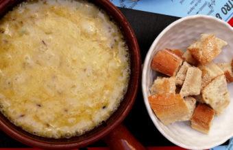 La fondue de queso con camarones de Garage Bistro&Bar
