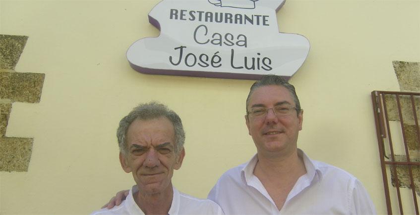El cocinero Francisco Andrades junto a Sergio Vázquez, que se encarga de la atención al público. Foto: Cosasdecome