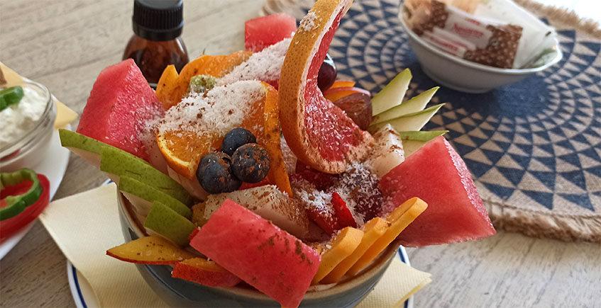 El tazón de fruta fresca de El Café Azul