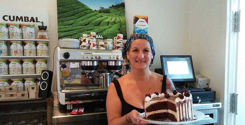 Gracia, propietaria y también jefa de cocina, con una de las tartas.