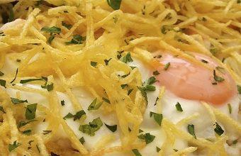 Las gambas al ajillo con huevo y patatas paja del bar Terraza