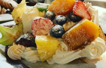El hojaldre con nata fresca y frutas de El Ventorrillo de El Chato