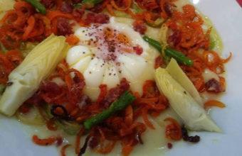 El huevo campero con espaguetis vegetales de La Divina