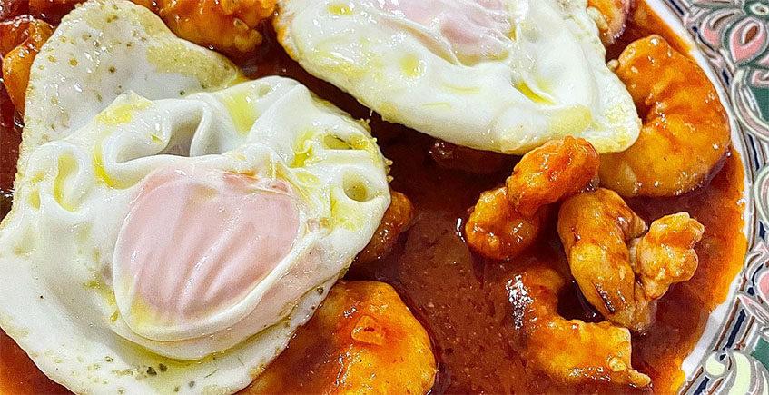 Los langostinos con tomate y huevo frito del restaurante Poma