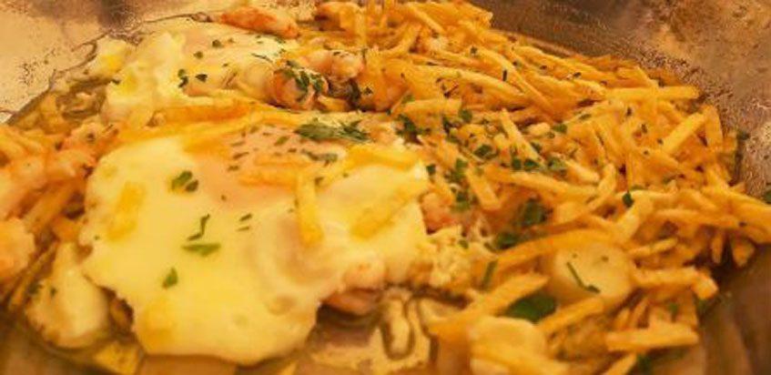 Las gambas al ajillo con huevo frito y patatas paja del bar Terraza