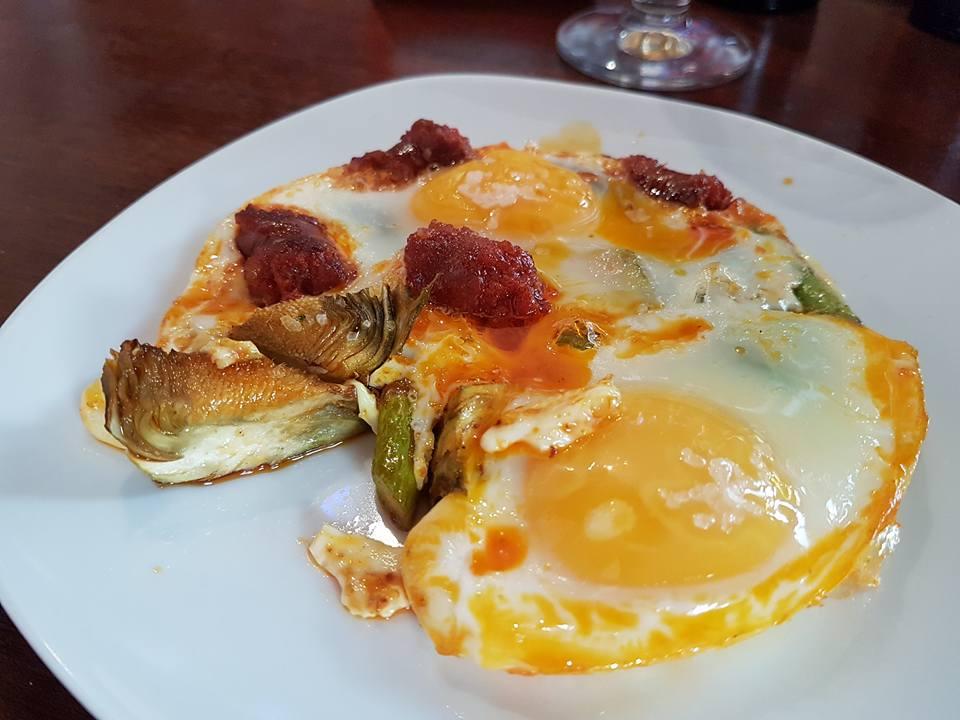 huevos-con-alcachofas-y-chistorras-foto-glen-ferguson