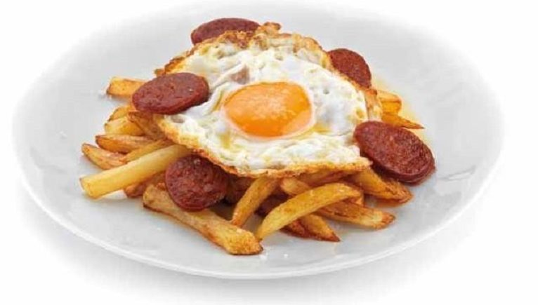 Los huevos fritos con papas del chiringuito El Sacrificio