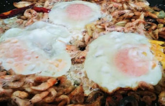Los huevos cuajaos con camarones al ajillo de la Venta El Raspa