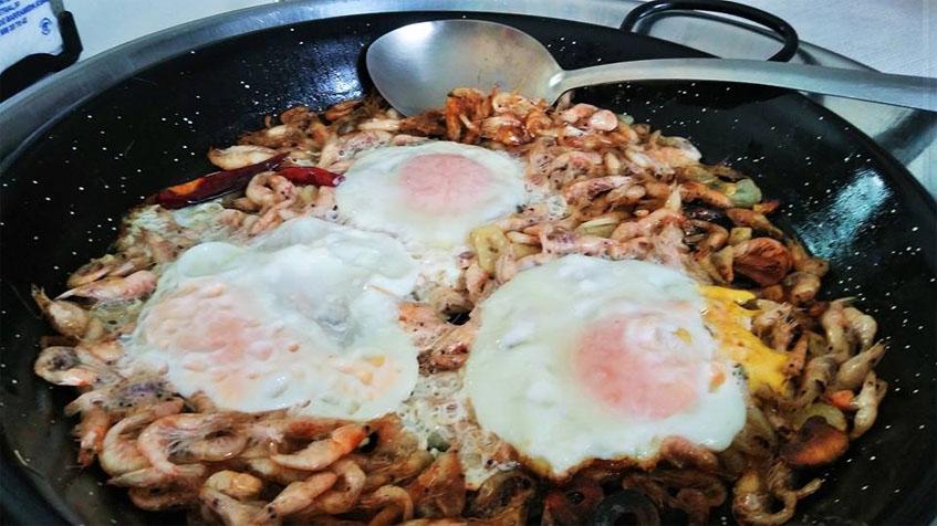 Los huevos cuajaos con camarones al ajillo fotografiados por Lola López de la Orden.