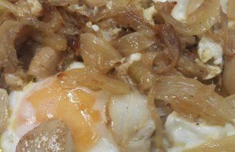 Los huevos fritos con huevos de choco del bar Brillante