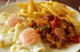 Los huevos fritos con patatas y migas de la peña El Berrueco