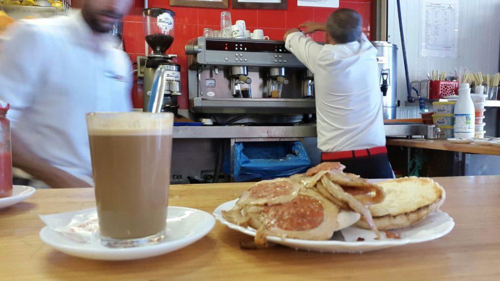 El mollete de cochinillo adobado acompañado de su café. La fotografía es del tapatólogo Rafael de la Cruz.